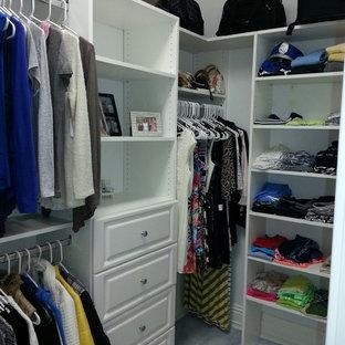 Imagen de armario vestidor unisex, actual, grande, con puertas de armario blancas, moqueta y armarios con paneles con relieve