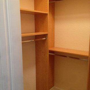 Modelo de armario vestidor de hombre, clásico, de tamaño medio, con armarios abiertos, puertas de armario de madera oscura y suelo de baldosas de cerámica