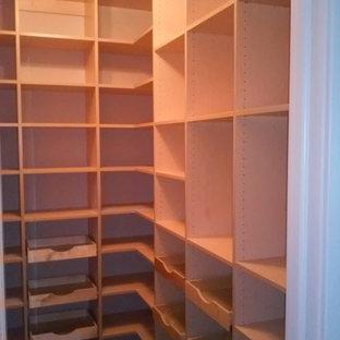 Diseño de armario vestidor unisex, actual, pequeño, con armarios abiertos, puertas de armario blancas, moqueta y suelo beige