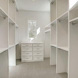 Foto de armario vestidor de mujer, tradicional renovado, grande, con armarios con rebordes decorativos, puertas de armario blancas, moqueta y suelo gris