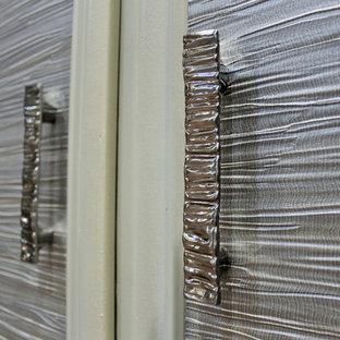 Foto de vestidor unisex, ecléctico, grande, con puertas de armario blancas y suelo de corcho