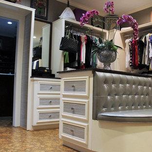 Modelo de vestidor unisex, bohemio, grande, con puertas de armario blancas y suelo de corcho
