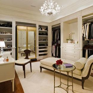 Imagen de vestidor tradicional con puertas de armario beige