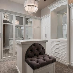 Ejemplo de vestidor unisex, mediterráneo, extra grande, con armarios con paneles empotrados, puertas de armario blancas, moqueta y suelo gris