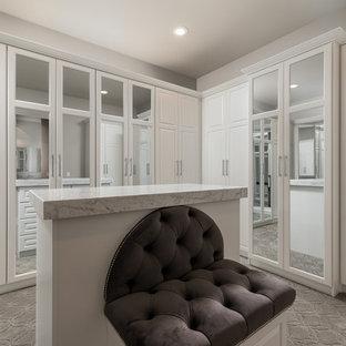 Idee per un ampio spazio per vestirsi unisex mediterraneo con ante con riquadro incassato, ante bianche, moquette e pavimento grigio