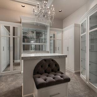 Diseño de armario vestidor unisex, mediterráneo, extra grande, con armarios tipo vitrina, puertas de armario blancas, moqueta y suelo gris