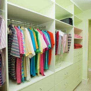 Modelo de armario y vestidor unisex, tropical, con armarios con paneles lisos, puertas de armario verdes y suelo de travertino