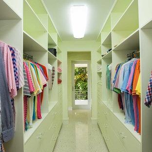 Imagen de armario y vestidor unisex, exótico, con armarios con paneles lisos, puertas de armario verdes y suelo de travertino