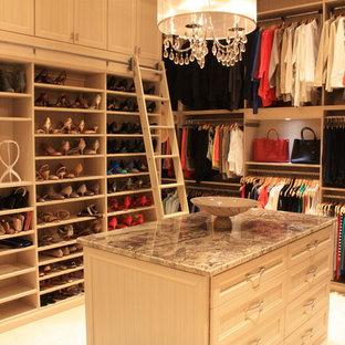 Idéer för ett stort klassiskt walk-in-closet för könsneutrala, med luckor med infälld panel och beige skåp