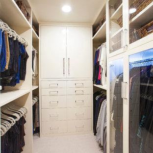 Inspiration för mellanstora klassiska walk-in-closets för kvinnor, med släta luckor, vita skåp och heltäckningsmatta