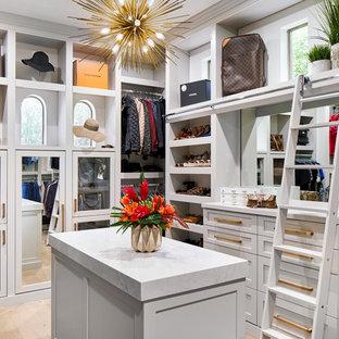 Diseño de armario vestidor unisex, tradicional renovado, grande, con armarios estilo shaker, puertas de armario grises, suelo de madera clara y suelo gris