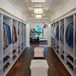 Geräumiges Modernes Ankleidezimmer mit Ankleidebereich, offenen Schränken, hellen Holzschränken und hellem Holzboden in Sonstige
