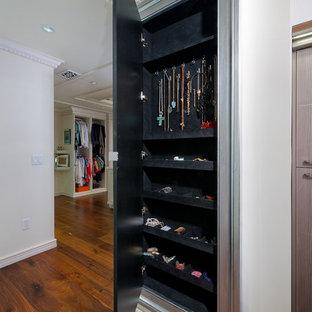 Foto de armario y vestidor de mujer, clásico renovado, extra grande, con armarios con rebordes decorativos, puertas de armario de madera clara y suelo de madera clara