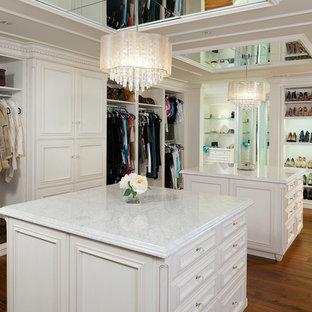 Idéer för ett mycket stort klassiskt omklädningsrum för kvinnor, med luckor med profilerade fronter, vita skåp och ljust trägolv
