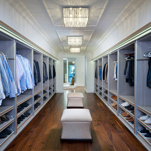 Foto di un ampio spazio per vestirsi per uomo minimal con nessun'anta, ante in legno chiaro e parquet scuro