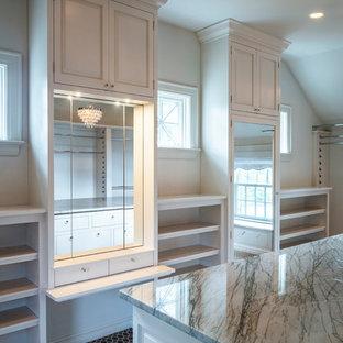 Modelo de armario vestidor unisex, romántico, de tamaño medio, con armarios abiertos, puertas de armario blancas, moqueta y suelo marrón