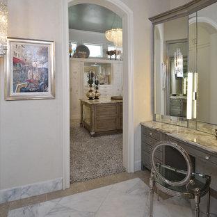 Exemple d'un très grand dressing room éclectique pour une femme avec un placard avec porte à panneau encastré, des portes de placard blanches, moquette et un sol gris.