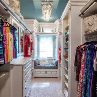 Foto de vestidor de mujer, clásico, con armarios abiertos, puertas de armario blancas y moqueta