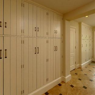 Esempio di un armadio o armadio a muro unisex mediterraneo con ante lisce e pavimento in gres porcellanato