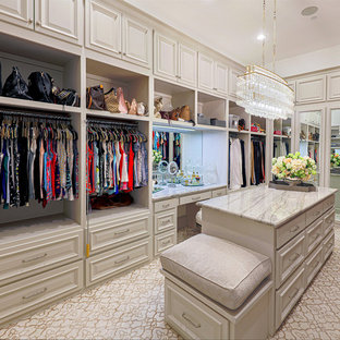 Ejemplo de armario vestidor de mujer, tradicional, grande, con armarios con paneles empotrados, puertas de armario beige, moqueta y suelo beige