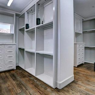 Foto de vestidor contemporáneo, de tamaño medio, con armarios con paneles con relieve, puertas de armario con efecto envejecido, suelo de madera oscura y suelo marrón