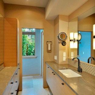 Mittelgroßes Modernes Ankleidezimmer mit Ankleidebereich, flächenbündigen Schrankfronten, hellen Holzschränken und Kalkstein in Seattle