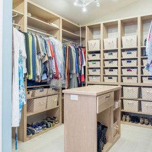Стильный дизайн: гардеробная комната среднего размера, унисекс в стиле современная классика с плоскими фасадами, серыми фасадами и полом из керамической плитки - последний тренд