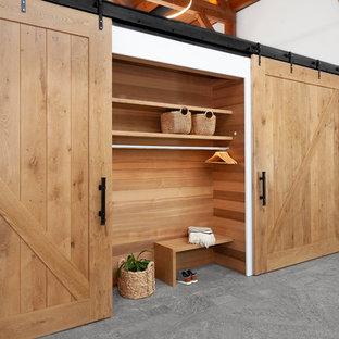 Ejemplo de armario unisex, de estilo de casa de campo, con suelo gris