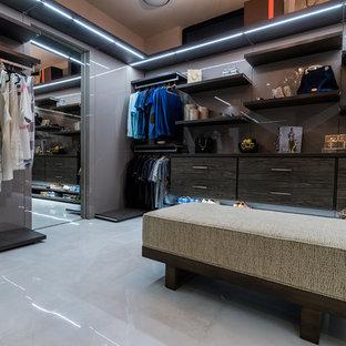 Imagen de vestidor moderno, extra grande, con armarios con paneles lisos, puertas de armario de madera en tonos medios, suelo de mármol y suelo gris