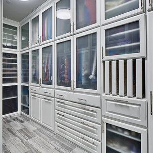 ダラスの広い男女兼用コンテンポラリースタイルのおしゃれなフィッティングルーム (レイズドパネル扉のキャビネット、白いキャビネット、グレーの床、ライムストーンの床) の写真
