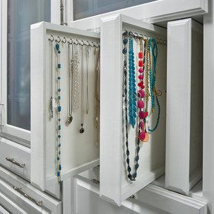 Ejemplo de armario vestidor unisex, contemporáneo, grande, con armarios con paneles con relieve, puertas de armario blancas, suelo gris y suelo de piedra caliza