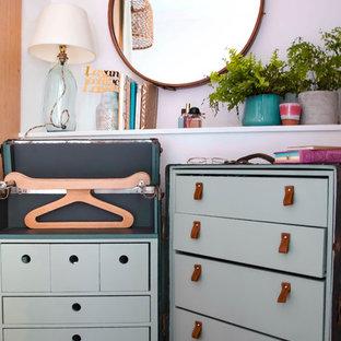 Ejemplo de armario vestidor de mujer, romántico, pequeño, con armarios abiertos, puertas de armario verdes, suelo de madera clara y suelo beige