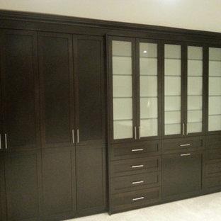 Imagen de armario unisex, de estilo americano, grande, con armarios tipo vitrina, puertas de armario de madera en tonos medios, suelo de baldosas de cerámica y suelo beige