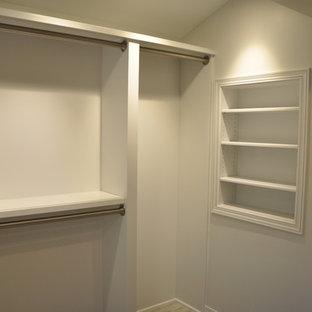 Idee per una cabina armadio per donna classica di medie dimensioni con ante a filo, ante grigie e pavimento multicolore