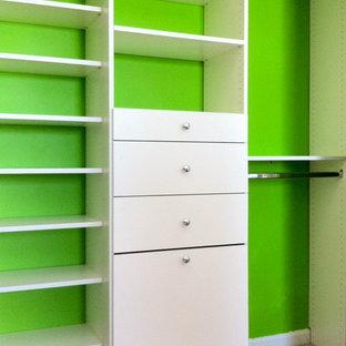 Immagine di un armadio o armadio a muro chic con ante lisce, ante bianche e moquette