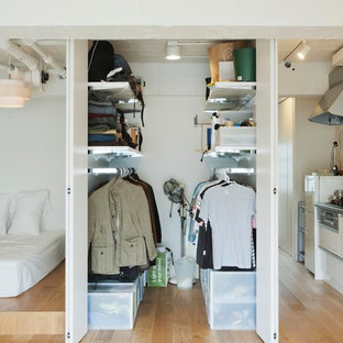 Genial Walk In Closet   Small Industrial Menu0027s Light Wood Floor Walk In Closet Idea