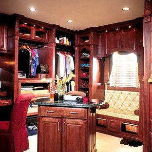 Idee per una grande cabina armadio unisex con ante in legno bruno