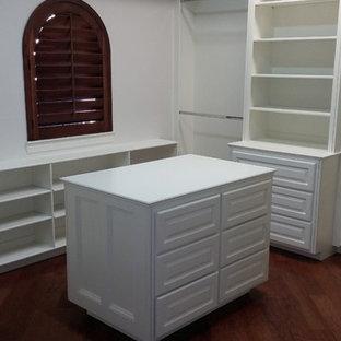 Foto de armario vestidor contemporáneo, grande, con armarios con paneles con relieve, puertas de armario blancas y suelo de corcho