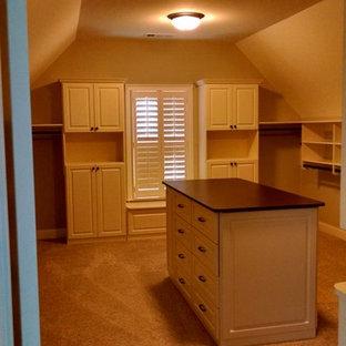 Imagen de armario vestidor unisex, tradicional, de tamaño medio, con armarios con paneles con relieve, puertas de armario blancas y moqueta