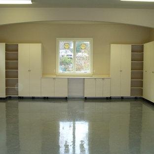 Ispirazione per un ampio armadio o armadio a muro unisex design con ante lisce e ante bianche