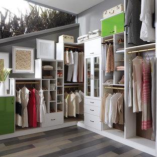 Idee per una cabina armadio unisex classica di medie dimensioni con ante lisce, ante bianche, pavimento in vinile e pavimento marrone