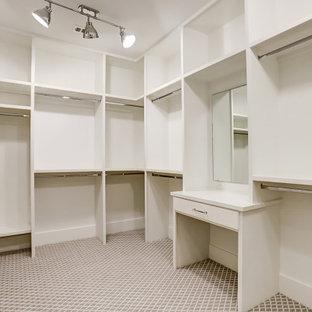 Imagen de armario y vestidor clásico renovado, grande, con puertas de armario blancas y suelo gris