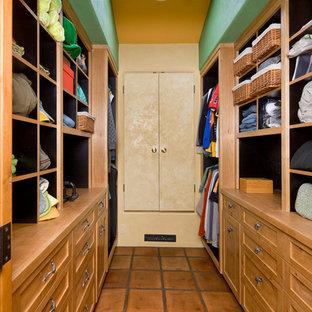 Idées déco pour un dressing et rangement éclectique neutre avec un placard à porte shaker, des portes de placard en bois clair et un sol en carreau de terre cuite.