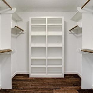 Aménagement d'un dressing rétro neutre avec un placard sans porte, des portes de placard blanches, un sol en bambou et un sol marron.