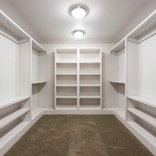Modern Closet by CRFORMA DESIGN:BUILD