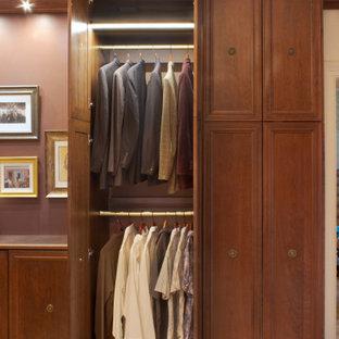 Esempio di uno spazio per vestirsi per uomo chic con ante con riquadro incassato, ante in legno scuro, moquette e pavimento multicolore