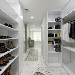 Idee per una grande cabina armadio unisex chic con ante con bugna sagomata, ante bianche, pavimento in marmo e pavimento bianco