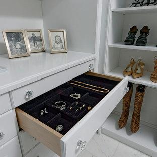 Diseño de armario vestidor unisex, tradicional renovado, grande, con armarios con paneles con relieve, puertas de armario blancas, suelo de mármol y suelo blanco