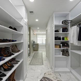 Modelo de armario vestidor unisex, clásico renovado, grande, con armarios con paneles con relieve, puertas de armario blancas, suelo de mármol y suelo blanco