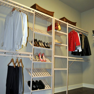 Idee per una cabina armadio per donna chic di medie dimensioni con ante bianche e parquet scuro